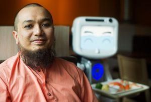 Ali Khan, robotarnas ägare.