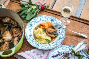 Kyckling med lök, vin och salvia