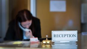 Hotellägare stäms för sextrakasserier