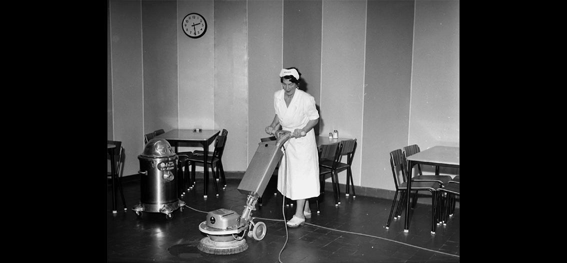 3e2a8150efe Domusmatsalens golv blir blänkande rent! Foto: Knut Borg/Örebro läns museum