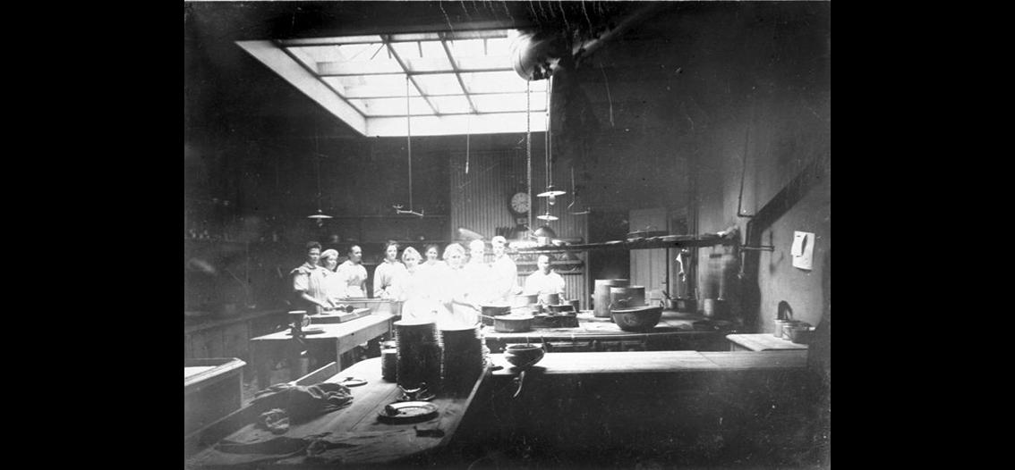 4083d5f4688 Restaurangköket på badrestaurangen Mösseberg, omkring 1915. Foto:  Falbygdens museum