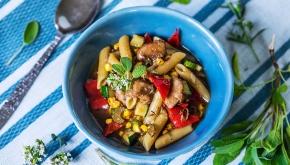 Kycklinggryta med penne, vitlök och rostade grönsaker