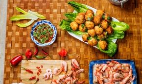Asiatiska fiskbollar med aromatisk chilidipp
