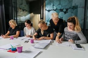 De pluggar svenska på arbetstid