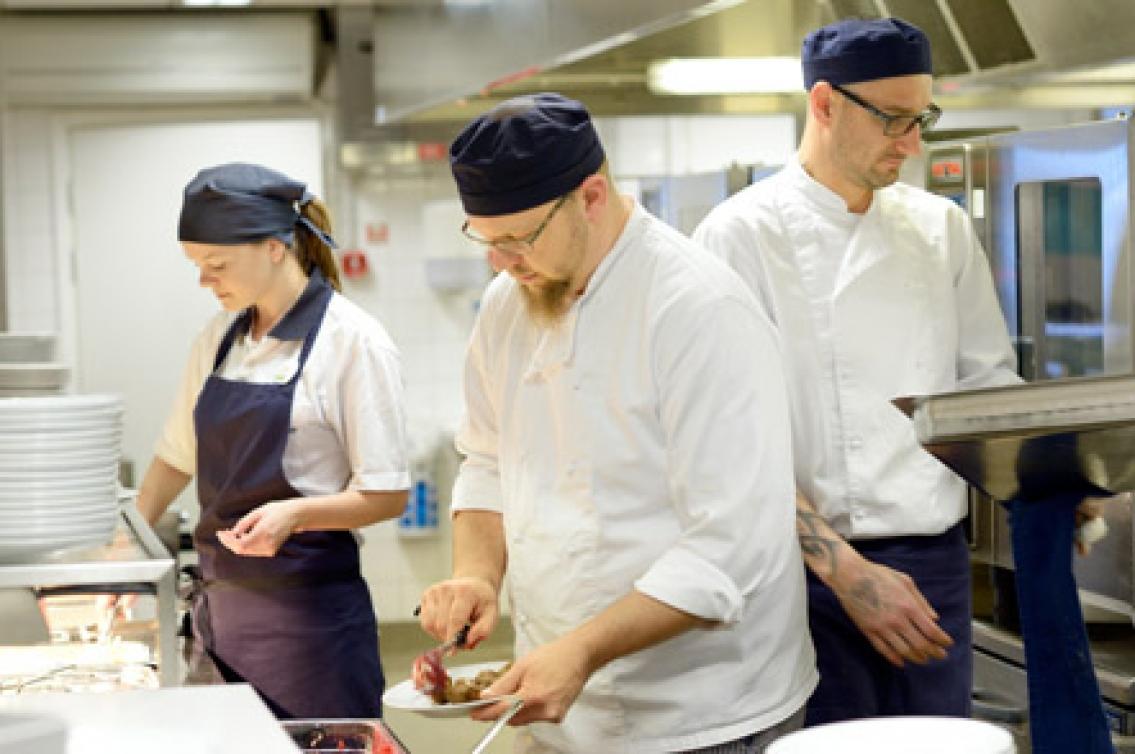 Omväxlande jobb på Ikea restaurangen Hotellrevyn